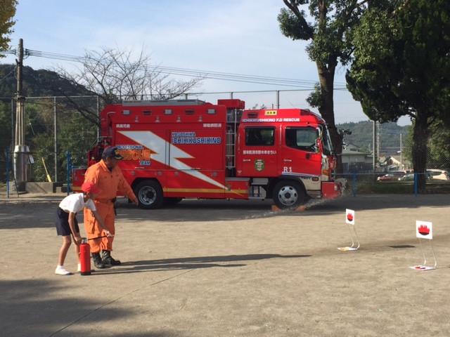 2校時に火災避難訓練でした!水消火器を6年生代表が体験!( <br />  ´▽ ` )<br />  ノ